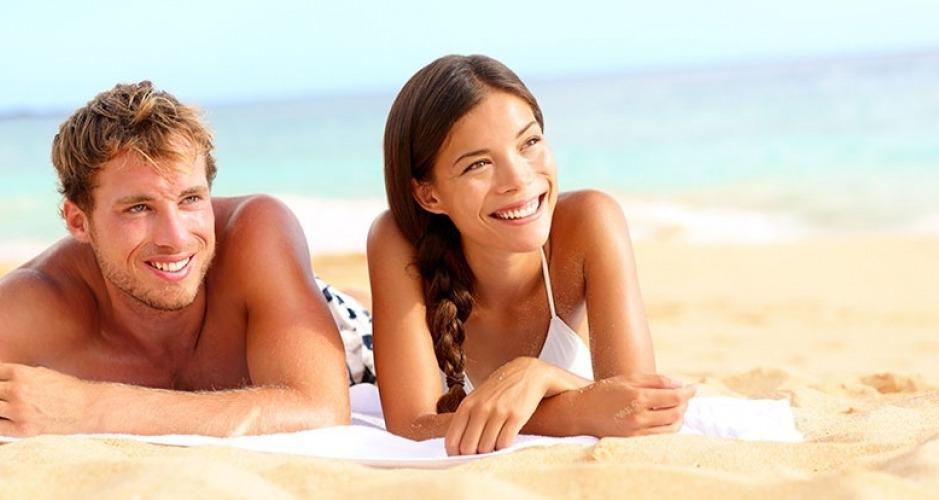 Coppia felice in vacanza sulla spiaggia