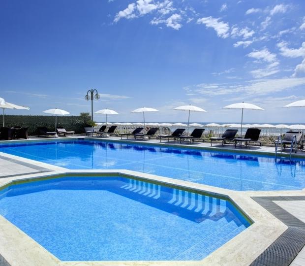 La piscina dell'Hotel è situata di fronte alla spiaggia